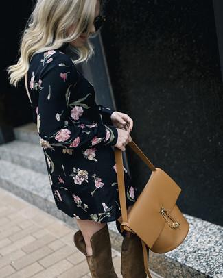 Cómo combinar: mochila con cordón de cuero marrón claro, botas sobre la rodilla de ante marrónes, vestido recto con print de flores negro