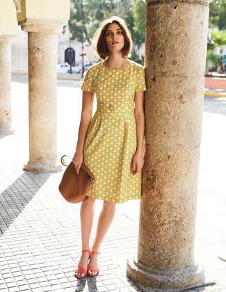 Cómo combinar: mochila con cordón de cuero marrón, sandalias de tacón de cuero naranjas, vestido de vuelo estampado amarillo