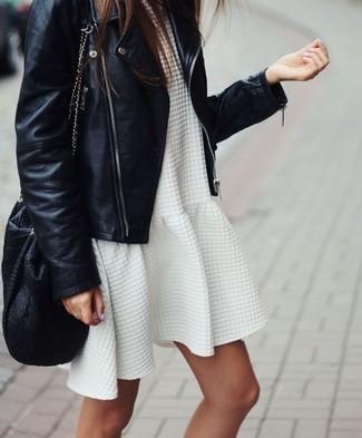 84113e8bbdc mochila-con-cordon-de-cuero-negra-vestido-casual-con-relieve-blanco-chaqueta -motera-de-cuero-negra-large-21275.jpg