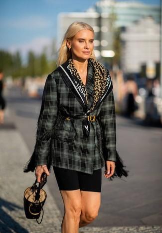 Cómo combinar: cinturón de cuero negro, mochila con cordón de cuero negra, mallas ciclistas negras, blazer cruzado de tartán en negro y blanco