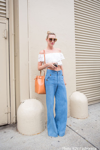Cómo combinar: gafas de sol marrónes, mochila con cordón de cuero naranja, pantalones anchos vaqueros azules, top con hombros descubiertos de encaje blanco