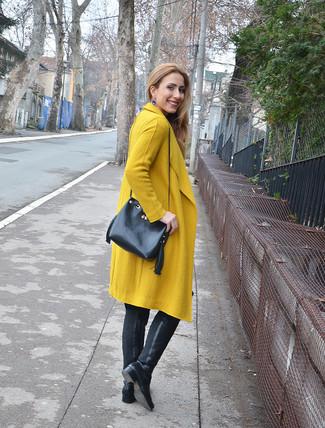 Cómo combinar: pendientes azules, mochila con cordón de cuero negra, botas sobre la rodilla de cuero negras, abrigo mostaza