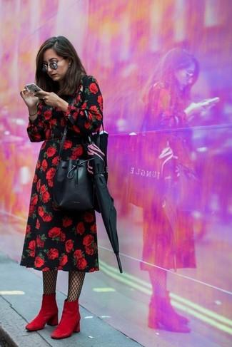 Combinar unos botines de ante rojos: Haz de un vestido midi con print de flores negro tu atuendo para una vestimenta cómoda que queda muy bien junta. Botines de ante rojos son una opción excelente para complementar tu atuendo.
