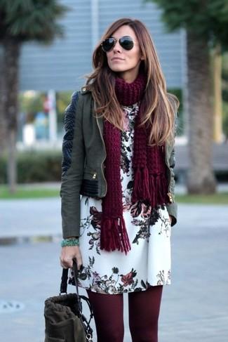 Cómo combinar: bufanda de punto burdeos, mochila con cordón de ante en gris oscuro, vestido recto con print de flores blanco, chaqueta motera de cuero verde oliva