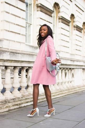 Cómo combinar: mochila de cuero plateada, zapatos de tacón de cuero a lunares en blanco y negro, abrigo rosado