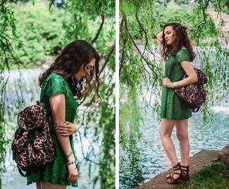 Cómo combinar: mochila de leopardo marrón, sandalias romanas de cuero en marrón oscuro, vestido casual de encaje verde
