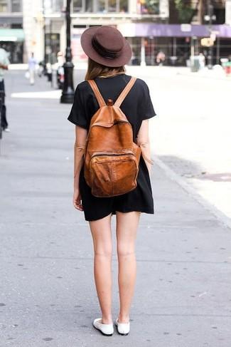 Cómo combinar: sombrero de lana en marrón oscuro, mochila de cuero en tabaco, bailarinas de cuero blancas, vestido recto negro