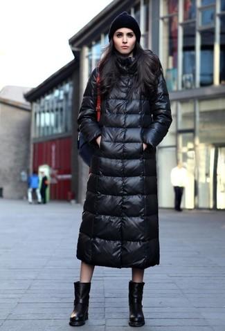 Cómo combinar: gorro negro, mochila de cuero negra, botas a media pierna de cuero negras, abrigo de plumón negro