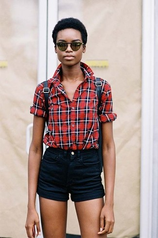 Cómo combinar: gafas de sol verde oscuro, mochila de cuero negra, pantalones cortos vaqueros negros, camisa de vestir de tartán roja