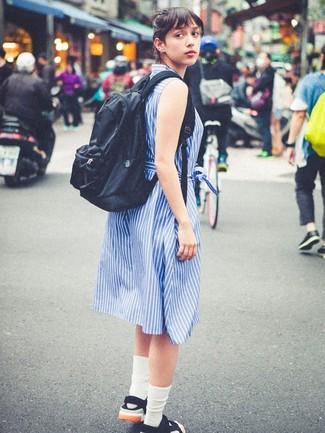 Cómo combinar: calcetines blancos, mochila negra, sandalias planas de lona negras, vestido camisa de rayas verticales azul