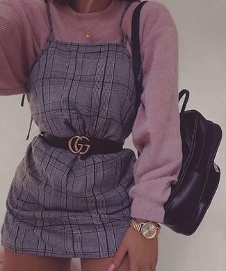 Cómo combinar: correa de cuero negra, mochila de cuero negra, pichi de tartán gris, jersey oversized de punto rosado