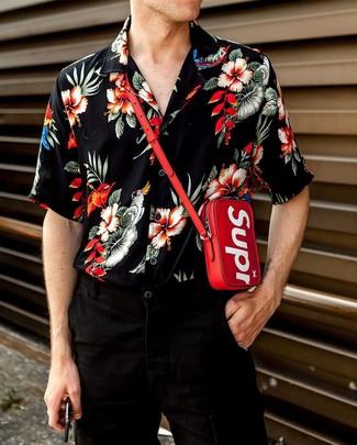 Cómo combinar: monedero para el cuello rojo, vaqueros negros, camisa de manga corta con print de flores negra