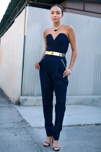 Cómo combinar: mono azul marino, sandalias de tacón de cuero negras, cinturón dorado, collar dorado