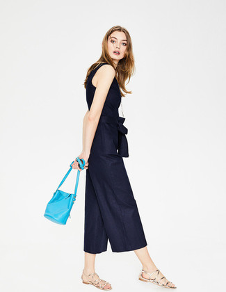 Cómo combinar: mono azul marino, sandalias romanas de cuero plateadas, mochila con cordón de cuero en turquesa