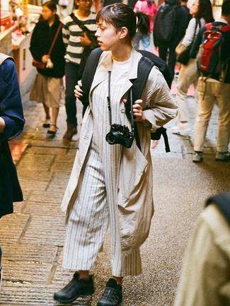 Cómo combinar: deportivas negras, mono de rayas verticales gris, camiseta con cuello circular blanca, abrigo duster en beige