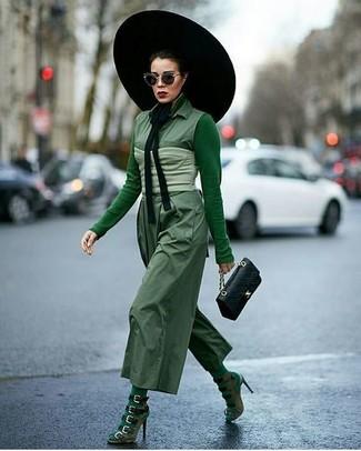 Cómo combinar: sandalias de tacón de ante verde oliva, mono verde, camiseta de manga larga verde, corsé en verde menta