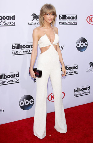 Look de Taylor Swift: Mono con Recorte Blanco, Cartera Sobre Estampada Negra