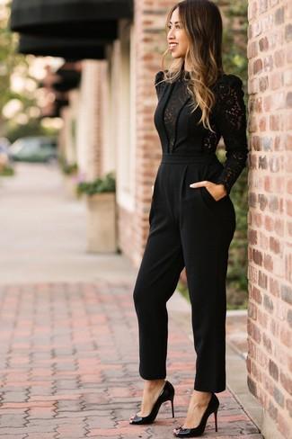Cómo combinar: mono de encaje negro, zapatos de tacón de cuero negros