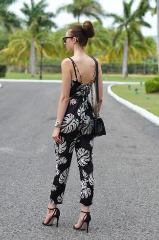 Cómo combinar: mono estampado en negro y blanco, sandalias de tacón de ante negras, bolso bandolera de cuero negro, gafas de sol negras
