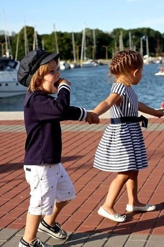 Cómo combinar: náuticos azul marino, pantalones cortos blancos, camiseta de manga larga azul marino
