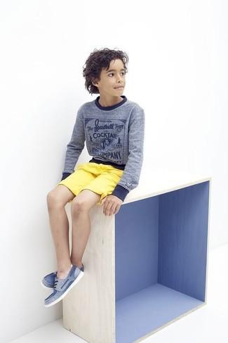 Cómo combinar: náuticos azules, pantalones cortos amarillos, jersey azul