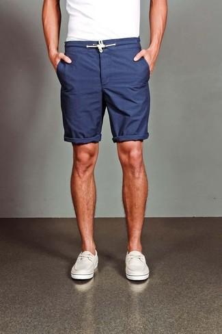 Look de moda: Náuticos de cuero blancos, Pantalones cortos azul marino, Camiseta con cuello circular blanca