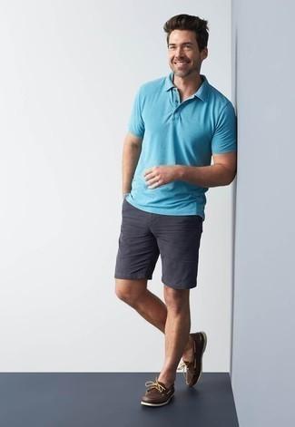 Combinar unos pantalones cortos en gris oscuro: Opta por una camisa polo en turquesa y unos pantalones cortos en gris oscuro para una apariencia fácil de vestir para todos los días. Náuticos de cuero en marrón oscuro son una opción práctica para complementar tu atuendo.