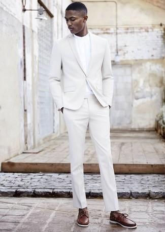 Outfits hombres: Luce lo mejor que puedas en un traje blanco y una camisa de manga larga blanca. Si no quieres vestir totalmente formal, haz náuticos de cuero marrónes tu calzado.