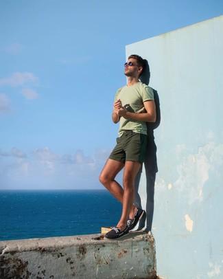 Cómo combinar: náuticos de lona azul marino, pantalones cortos verde oliva, camiseta con cuello circular en verde menta