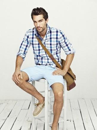 Cómo combinar: bolso mensajero de lona marrón, náuticos de cuero en beige, pantalones cortos celestes, camisa de manga larga de cuadro vichy en blanco y azul