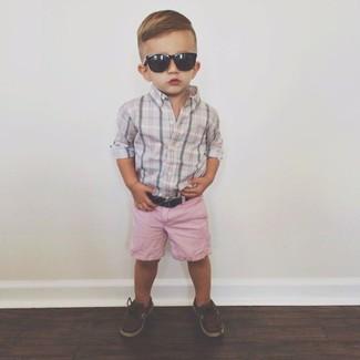 Cómo combinar: náuticos en marrón oscuro, pantalones cortos rosados, camisa de manga larga gris