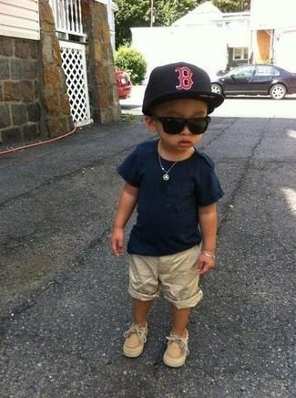 Cómo combinar: gorra de béisbol negra, náuticos marrón claro, pantalones cortos en beige, camiseta azul marino