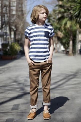 Cómo combinar: náuticos marrón claro, pantalones marrónes, camiseta de rayas horizontales azul marino