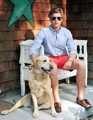 Cómo combinar: gafas de sol negras, náuticos de cuero marrónes, pantalones cortos rosa, camisa de manga larga celeste