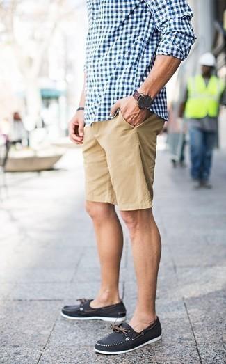 Combinar unos pantalones cortos marrón claro: Intenta combinar una camisa de manga larga de cuadro vichy en blanco y azul con unos pantalones cortos marrón claro para conseguir una apariencia relajada pero elegante. Náuticos de lona negros son una opción buena para completar este atuendo.