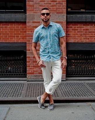 Combinar unas gafas de sol burdeos: Ponte una camisa de manga corta estampada en turquesa y unas gafas de sol burdeos para un look agradable de fin de semana. Dale un toque de elegancia a tu atuendo con un par de náuticos de lona grises.