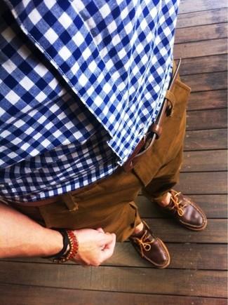 Look de moda: Correa de cuero marrón, Náuticos de cuero marrónes, Pantalón chino en tabaco, Camisa de manga larga de cuadro vichy en blanco y azul