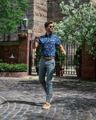 Cómo combinar: correa de cuero tejida marrón, náuticos de cuero marrón claro, pantalón chino en verde azulado, camisa polo estampada azul marino