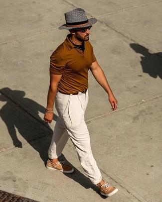 Combinar unos náuticos: Empareja una camisa polo en tabaco con un pantalón chino de lino blanco para una vestimenta cómoda que queda muy bien junta. Náuticos son una opción inigualable para completar este atuendo.