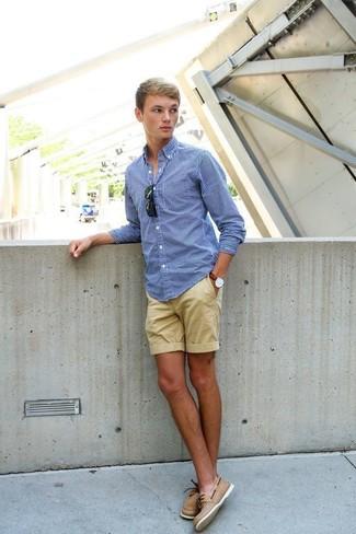 Cómo combinar: gafas de sol negras, náuticos de cuero marrón claro, pantalones cortos marrón claro, camisa de manga larga de cuadro vichy azul