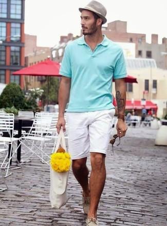 Cómo combinar: sombrero gris, náuticos de cuero en beige, pantalones cortos blancos, camisa polo en verde menta