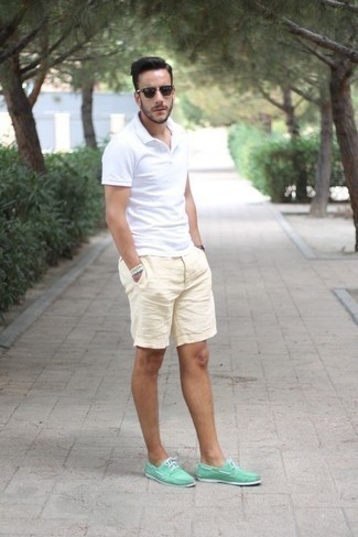 Combinar unos pantalones cortos en beige: Para un atuendo que esté lleno de caracter y personalidad considera emparejar una camisa polo blanca con unos pantalones cortos en beige. Náuticos de lona en verde menta son una sencilla forma de complementar tu atuendo.