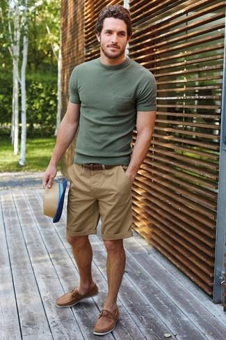 Cómo combinar: sombrero de paja marrón claro, náuticos de cuero marrón claro, pantalones cortos marrón claro, camiseta con cuello circular verde oliva