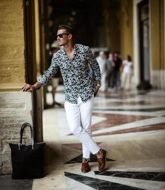 Cómo combinar: bolsa tote de lona negra, náuticos de cuero marrónes, vaqueros blancos, camisa de manga larga con print de flores en negro y blanco