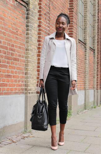 Cómo combinar: zapatos de tacón de cuero rosados, pantalón capri negro, blusa sin mangas blanca, chubasquero en beige
