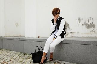 Cómo combinar: sandalias de tacón de cuero negras, pantalón capri blanco, camisa polo gris, chaqueta varsity en negro y blanco