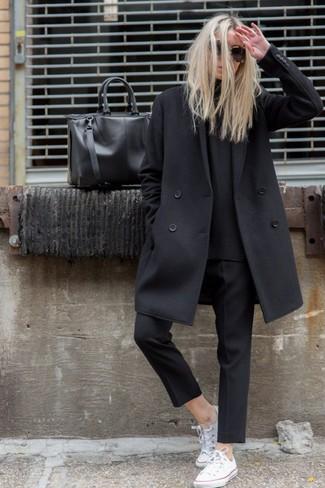 Un abrigo de vestir con un pantalón capri negro (3 looks de moda ... 7b14482e87ea