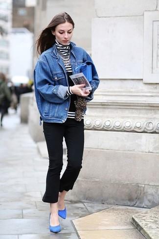 Cómo combinar: zapatos de tacón de ante azules, pantalón capri negro, jersey de cuello alto de rayas horizontales en blanco y negro, chaqueta vaquera azul