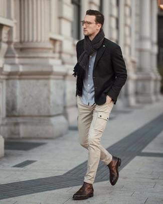 Cómo combinar: botas formales de cuero marrónes, pantalón cargo en beige, camisa de manga larga de cambray celeste, blazer negro