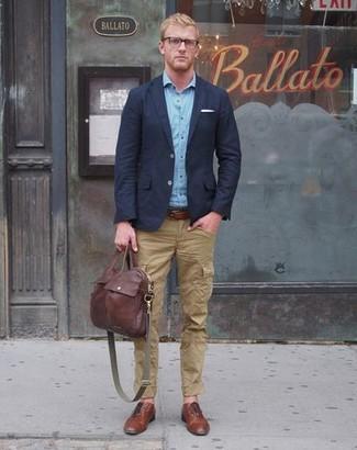 Combinar un bolso mensajero de cuero burdeos: Intenta combinar un blazer azul marino con un bolso mensajero de cuero burdeos para un look agradable de fin de semana. ¿Te sientes valiente? Elige un par de zapatos derby de cuero marrónes.